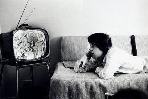 Mick Jagger assiste à sua própria participação no programa Red Skelton Show