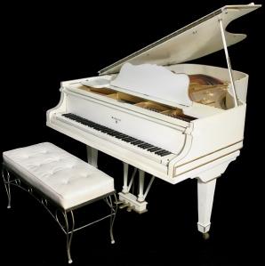Ainda não houve nenhum lance pelo piano branco de Elvis